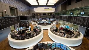 Wertpapier-Händler waten zu ihren Arbeitsplätzen