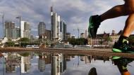 Die Frankfurter Skyline wird von den Hochhäusern der Banken dominiert.