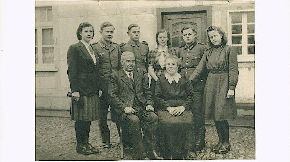 Familie Helene und Johann Antwerpen mit ihren sechs Kindern, die im Dorf Steckenborn, Nordeifel, gelebt haben.