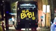 Ein LKA-Beamter untersucht in der Nacht nach dem Anschlag den BVB-Mannschaftsbus.