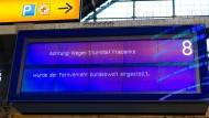 Eine Anzeige im Hauptbahnhof von Frankfurt, nachdem die Deutsche Bahn am Donnerstagnachmittag alle Züge im Fernverkehr abgesagt hat.