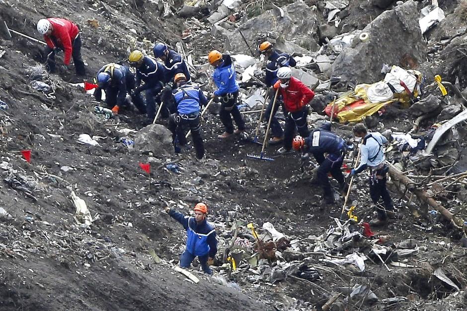 Das Flugzeug zerschellte in Tausende Trümmerteile: Rettungskräfte im März 2015 am Unglücksort