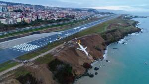 Flugzeug schlittert in Abgrund und bleibt knapp über dem Meer hängen
