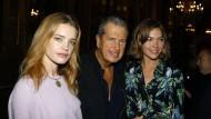 Fotograf Mario Testino im Oktober 2017 mit zwei Models in Paris – männliche Models haben Belästigungsvorwürfe gegen ihn erhoben.