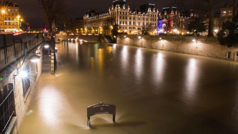 Unter Wasser: Die beliebten Uferwege der Seine sind überflutet.