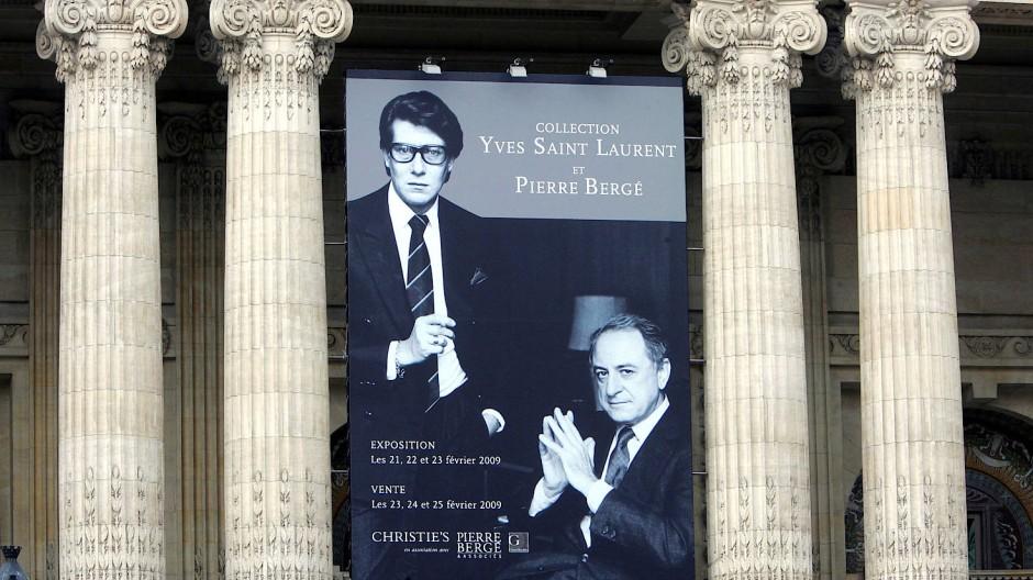 Ein großes Plakat am Grand Palais in Paris weist im Februar 2009 auf eine Aktion der Yves Saint Laurent- und Pierre Berge-Kollektion hin.