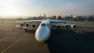 """Die Antonov An-225 Mrija (ukrainisch für """"Traum"""") ist das größte und schwerste Flugzeug, das jemals den Boden verlassen hat. Nach seiner Indienststellung in den achtziger Jahren diente es zunächst dem Transport der sowjetischen Raumfähre """"Buran"""". Nachdem das Programm in den neunziger Jahren eingestellt wurde, stand die Mrija acht Jahre lang im Hangar. Um die Jahrtausendwende wurde sie überholt und fliegt seitdem als Frachter um die Welt."""