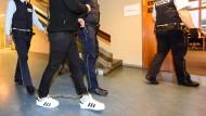Der Angeklagte Hussein K. wird am Montag in Freiburg in Fußfesseln in den Gerichtssaal gebracht.