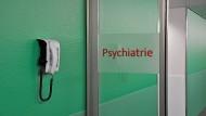 Für psychisch Kranke ist die Entscheidung, sich in der Psychiatrie therapieren zu lassen, oft schwierig. Angst und Stigmatisierung spielen eine Rolle.