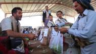 Dass der Anbau der Pflanze Unmengen Wasser verbraucht, kümmert Qat-Händler und -Käufer nicht.