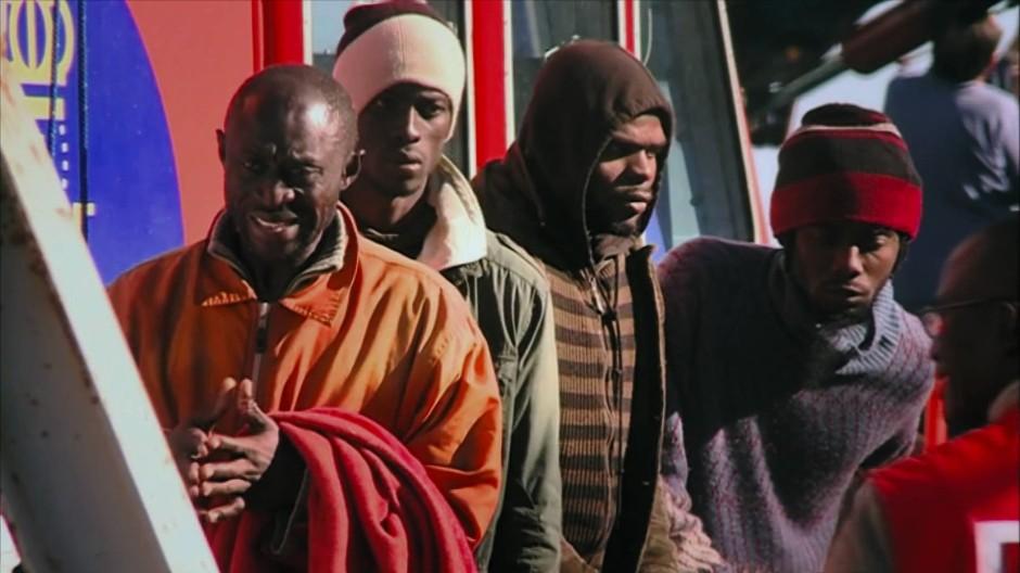 Gerettet nach zwei Tagen: Paul Nkamani betritt spanischen Boden. Viele Passagiere sind auf dem Meer umgekommen.