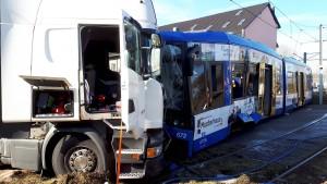 Straßenbahn und Lastwagen in Kassel zusammengestoßen