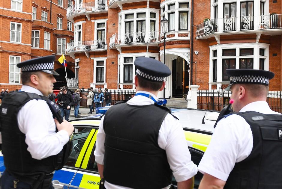 Polizisten am Freitag vor der ecuadorianischen Botschaft in London