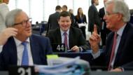 Was gibt's da zu lachen? Selmayr hinter Juncker und Barnier am Dienstag im Europaparlament in Brüssel.
