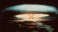 Eine Atombombe explodiert 1971 über dem Mururoa-Atoll.