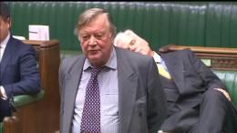 Abgeordneter schläft während Debatte ein
