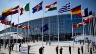 Die Flaggen der Nato-Staaten wehen vor dem neuen Hauptquartier des Bündnisses in Brüssel
