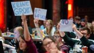 Protest gegen eine große Koalition auf dem Juso-Bundeskongress in Saarbrücken am Freitag