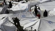 Im Flüchtlingslager Moria stehen die Zelte dicht an dicht. Für den Winter sie kaum geeignet.