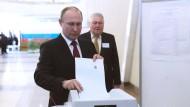 Russlands Präsident Wladimir Putin gibt bei der Präsidentenwahl seine Stimme ab. Er kam nach ersten Prognosen auf über 70 Prozent der Stimmen.