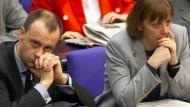 Der Unterlegene: Merz und Merkel im Februar 2000 im Bundestag