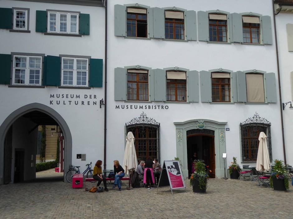 Das Restaurant Rollerhof im Museum der Kulturen, irgendwo zwischen Münsterplatz und den Zivilisationen der weiten Welt.