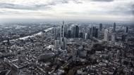 Vogelperspektive: Immer mehr Touristen genießen den Blick auf Frankfurt aus dem Helikopter - Anwohner finden das weniger schön