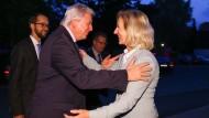 Parteifreunde unter sich: Hessens CDU-Chef Volker Bouffier und Bernadette Weyland, die Rathauschefin Frankfurts werden will