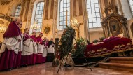 Abschied: Der Leichnam des verstorbenen Mainzer Kardinals Karl Lehmann liegt aufgebahrt in der Augustinerkirche