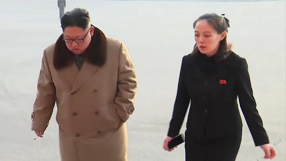 Kim Yo-jong (rechts) ist erste Vizedirektorin der Propagandaabteilung der Arbeiterpartei und Schwester von Machthaber Kim Jong-un.