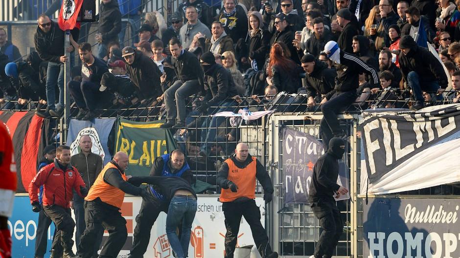 Unschöne Szenen: Anhänger von Energie Cottbus stürmten den Platz.