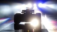 Ein bisschen Geheimnis muss sein. Mercedes präsentiert seinen neuen Formel-1-Wagen.