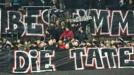 Fans an der Bande: Für den friedlichen Protest durften Eintracht-Anhänger in den Innenraum