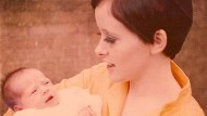 Carmel McCreagh im Juli 1967 mit ihrer neugeborenen Tochter.