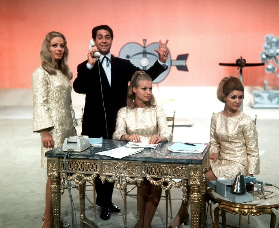 """Als Sendungen noch """"Der goldene Schuss"""" heißen konnten: Vico Torriani mit seinen Assistentinnen."""