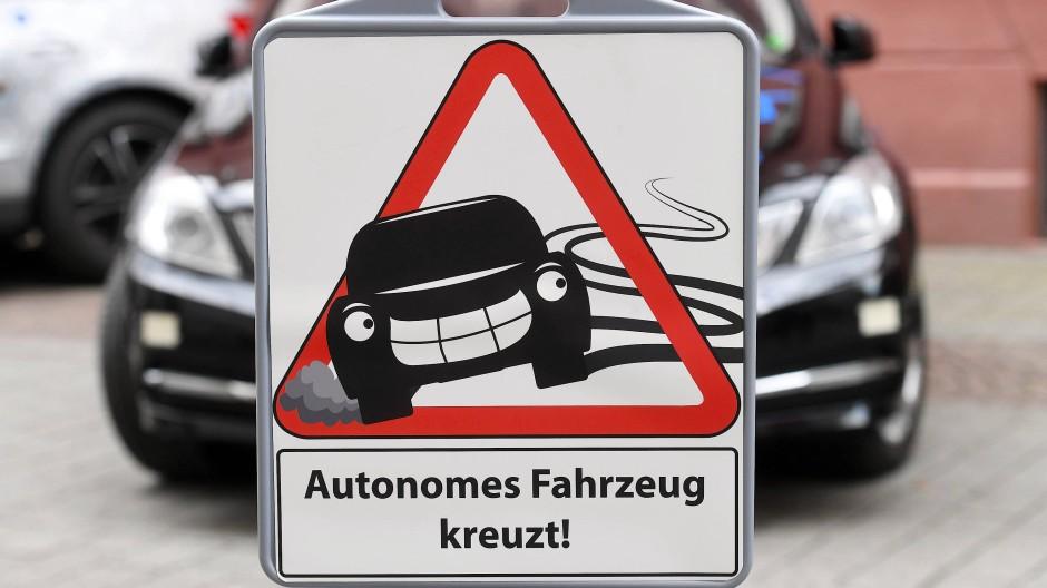 """Keine Angst: Warnschild vor dem Forschungsfahrzeug """"BerthaOne"""" am FZI in Karlsruhe"""