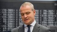 Als Chef der Deutschen Börse ist Carsten Kengeter gescheitert - dennoch bekommt er weiter Gehalt von dem Unternehmen.