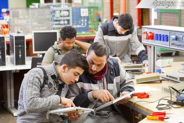 Integration von Flüchtlingen in den Arbeitsmarkt -  Der Stahlkonzern Thyssen-Krupp versucht  in Essen und in Duisburg  mit Praktika junge Flüchtlinge zu identifizieren, die für eine Ausbildung taugen.