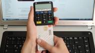 Onlinebanking funktionierte früher per Tan-Liste, heute eher mit Tan-Generator oder mTan übers Handy.