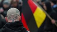 """Neonazi-Demonstration: Dürfen Sympathisanten Hitlers """"Mein Kampf"""" einfach so in den Räumen ihres Arbeitgebers lesen."""