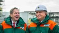 Männerfreundschaft: Altbundeskanzler Gerhard Schröder und der Vorstandsvorsitzende von Rosneft, Igor Iwanowitsch Setschin