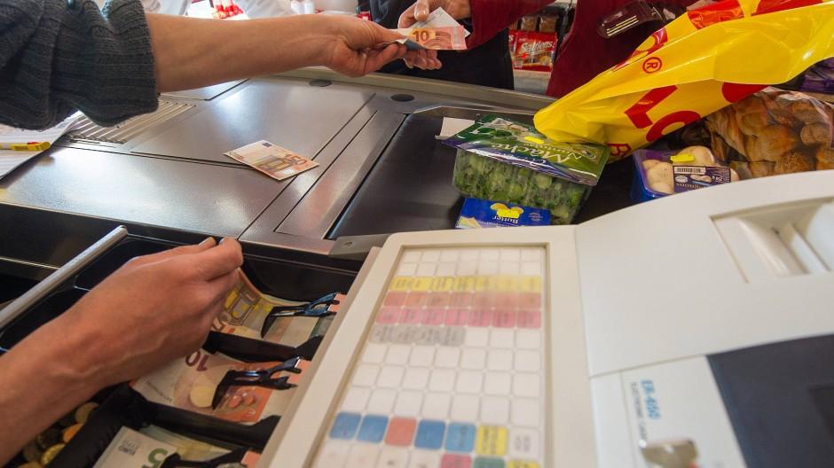 Ehemalige Facharbeiter landen selten in der alten Branche. Man trifft sie eher hinter der Supermarktkasse wieder.