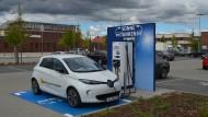 Günstige Tankstellenkonkurrenz: Aldi Süd bietet Autofahrern kostenlosen Strom.