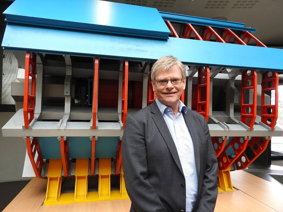Der neue Sprecher des Atlas-Kollaboration vor dem Modell des Detektors