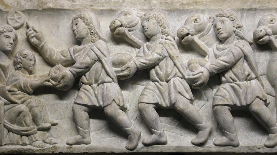 Die drei Weisen besuchen das Christuskind - mit Kamelen. Ein Sarkophagrelief aus dem 4. Jahrhundert in den Vatikanischen Museen.