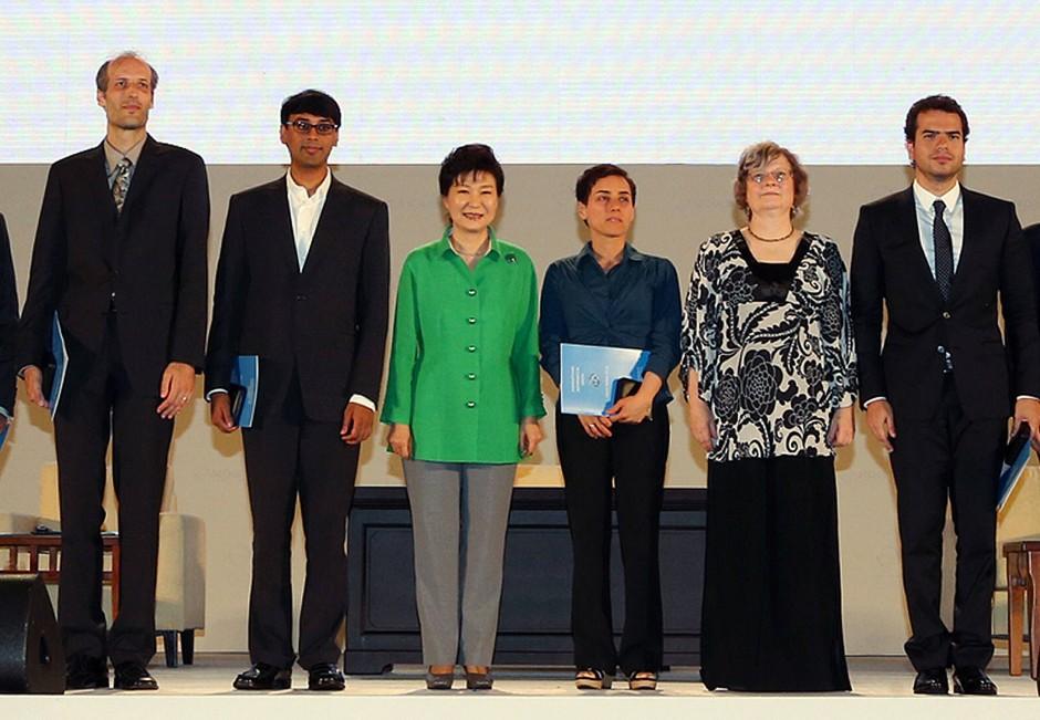 Die südkoreanische Präsidentin Park Geun-Hye im Kreis der Fields-Medaillen-Gewinner 2014: Martin Hairer (links), Manjul Bhargava (zweiter von links), Artur Avila (rechts) und Maryam Mirzakhani (dritte von rechts).