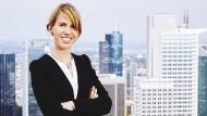 Auf dem Dach des PwC-Towers in Frankfurt am Main: Janine Bayer hat das Masterprogramm Audit Xcellence absolviert.
