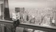 Daniel Libeskind in gewagter Höhe hinter der F.A.Z.