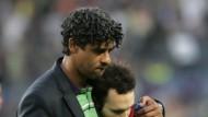 Trainer als Tröster: Frank Rijkaard (l.) gibt Andres Iniesta halt